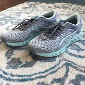 ASICS size 7 running shoe